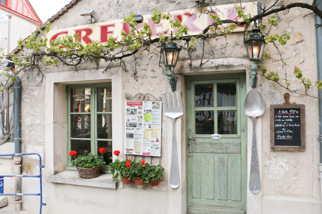 One the many eateries in Provins