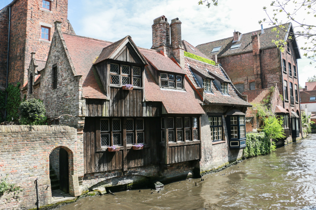 One of the many houses facing the canal